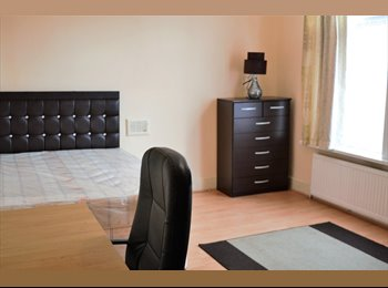 EasyRoommate UK - SPACIOUS HOUSE WITH LARGE ROOMS, Levenshulme - £268 pcm