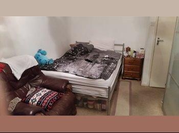 EasyRoommate UK - Refurbished double en suite room - Three Bridges, Crawley - £460 pcm