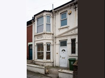 EasyRoommate UK - MODERN DOUBLE ROOMS, ALL BILLS INC, NO DEPOSIT OR REFERENCING, WIFI, SKY TV, WEEKLY CLEANER, Portsmouth - £500 pcm