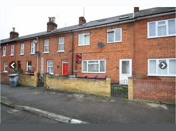 EasyRoommate UK - Very Large Ensuite Double Room (GKS), Reading - £750 pcm