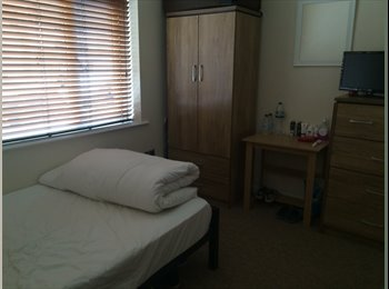 EasyRoommate UK - Great House with Professional Housemates - Swindon Town Centre, Swindon - £530 pcm
