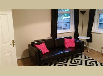 EasyRoommate UK - Two bed flat in town centre close to station - High Wycombe, High Wycombe - £900 pcm