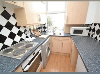 EasyRoommate UK - Spacious ensuite in friendly professional houseshare in North Leeds! - Meanwood, Leeds - £475 pcm