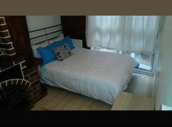 Double room available in kilburn