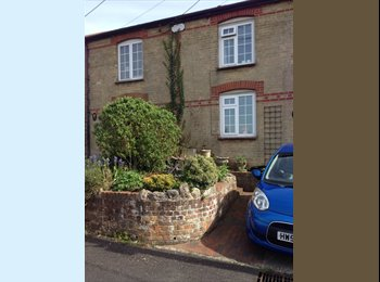EasyRoommate UK - Lovely room with sea views in quiet Cottage - Cowes, Cowes - £450 pcm