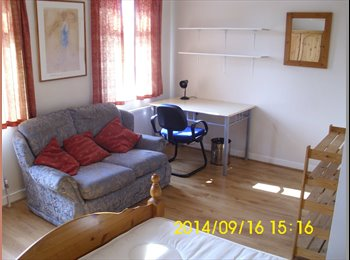 EasyRoommate UK - Huge Double room, Close to Uni & Tescos. St Andrews Ave Colchester. Superb Non Estate. - Colchester, Colchester - £400 pcm