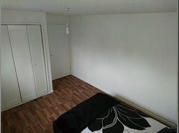 EasyRoommate UK - Large Modern Double Bedroom, Crawley - £500 pcm