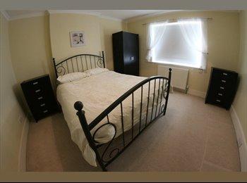 EasyRoommate UK - Huge House - Beautiful Double Bedroom - Southend-on-Sea, Southend-on-Sea - £550 pcm