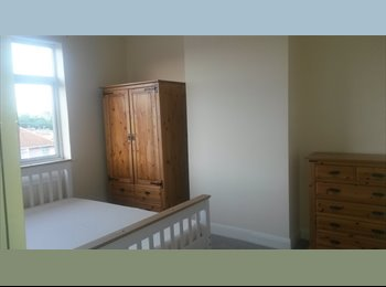Double Room to rent to shared house in Kingswood