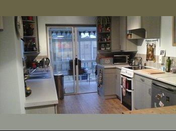 EasyRoommate UK - Double room in great bungalow,off road parking,ten mins walk town centre - Cheltenham, Cheltenham - £425 pcm