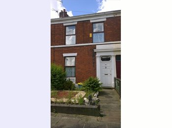 EasyRoommate UK - Double Room in friendly house on a quiet street close to town centre and university - Preston, Preston - £350 pcm