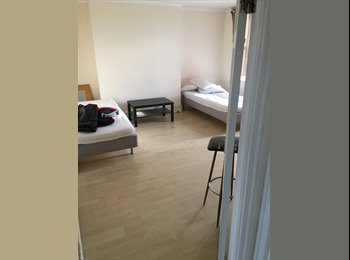 EasyRoommate UK - 2 rooms for rent, London - £400 pcm