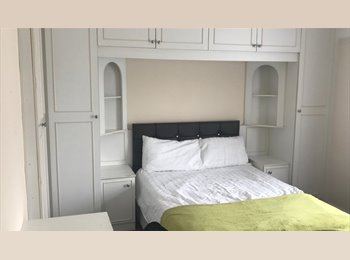 Double room to let in a lovely house !!!- LU1