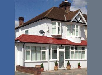 EasyRoommate UK - LARGE STUDIO ENSUITE ROOM WIMBLEDON/MORDEN BORDERS, London - £695 pcm