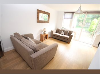 EasyRoommate UK - LARGE FURNISHED DOUBLE ROOM TO LET WITH EN-SUITE SHOWER in popular residenital road in Sidcup., Clos, London - £650 pcm