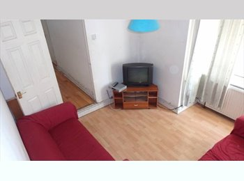 Room available, clean and friendly houseshare