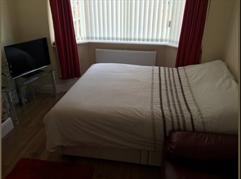 EasyRoommate UK - Spacious Double Room - 2 minutes walk from Royal Stoke Hospital, Stoke-on-Trent - £400 pcm