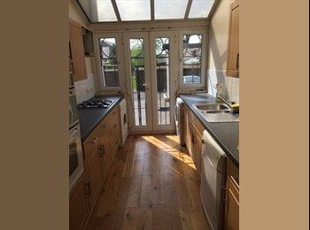 EasyRoommate UK - AMAZING DOUBLE ROOM- CANARY WHARF, London - £694 pcm