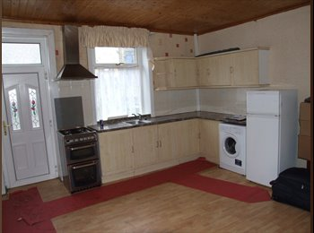 EasyRoommate UK - Single and double rooms available in shared house, Bradford - £250 pcm
