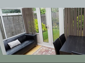 Nice double room in a quiet street 4 mins walk to tube...