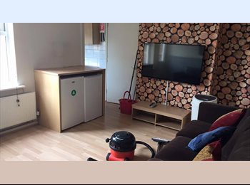 EasyRoommate UK - Double Bedroom Available - £85pw, Cheltenham - £368 pcm