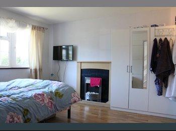 EasyRoommate UK - Large double room! Walking distance to Maylands! All bills included!, Hemel Hempstead - £595 pcm