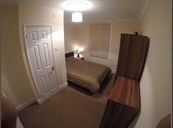 OLD TOWN SN1 DOUBLE EN-SUITE ROOM WITH DIRECT GARDEN ACCESS...