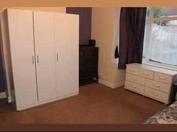 EasyRoommate UK - Large spacious double rooms in 4 bed extended house w/ garden & parking & big kitchen etc, Worcester Park - £650 pcm