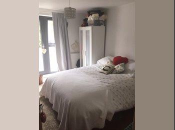 EasyRoommate UK - Well presented double room - New build flats, Cheltenham - £363 pcm