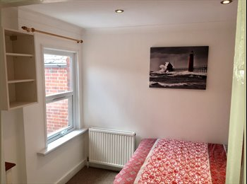 EasyRoommate UK - Selection of 3 luxery furnished rooms to let within a quiet house share (4 bedrooms, 2 bathrooms), Reading - £550 pcm