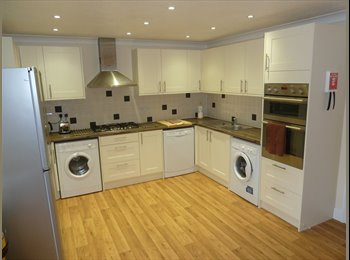 EasyRoommate UK - Beautiful en-suite double room close to Romford town centre and station, Romford - £700 pcm