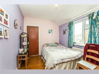 En Suite Room in Very Clean house near train station