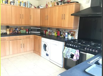 EasyRoommate UK - Large Double Room Available in Lenton, The Park - £392 pcm
