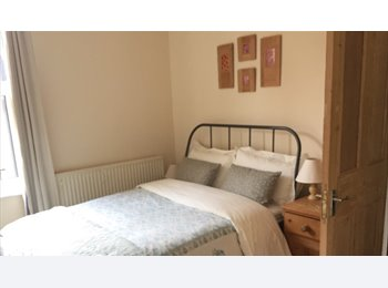 EasyRoommate UK - Cosy Double in Stylish Victorian house., Carrington - £650 pcm