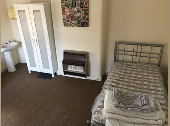 EasyRoommate UK - Double room to let in friendly house, Warrington - £390 pcm
