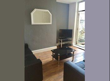 EasyRoommate UK - Double Room in Fantastic Kensington House, Kensington - £350 pcm