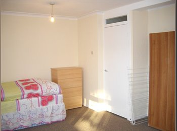 EasyRoommate UK - Room to share with a WOMAN in Mile End, 102, Mile End - £485 pcm