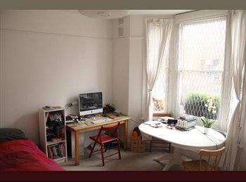 Spacious double bedroom Notting Hill £750(all bills...