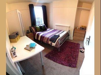EasyRoommate UK - Professional Houseshare by QMC + bills + cleaner, Lenton - £365 pcm