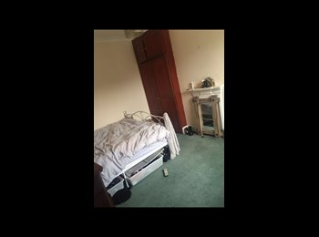 Double room with en suite available in centre of town.