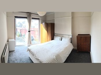 EasyRoommate UK - **Beautiful Extra Large Room in Ealing Broadway**, West Ealing - £689 pcm