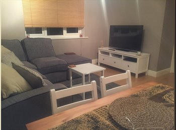 Double room in modern two bed flat (all bills)