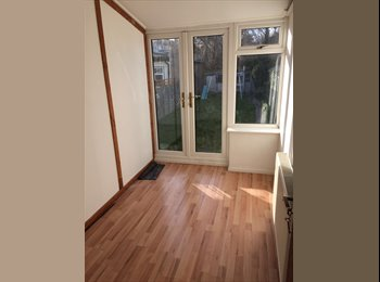 ! LOVELY BIG SINGLE with GARDEN ACCESS !