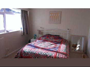 Monday to Friday - double bed-sitting room in family home