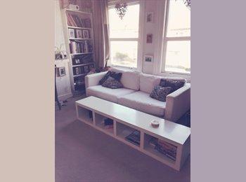 Cosy 3 bedroom flat 2 sec walk from Crofton park station