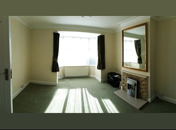 LARGE DOUBLE ROOM IN BURLEIGH GARDENS