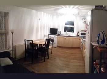 Nice double room in a clean flat 5 min from the station