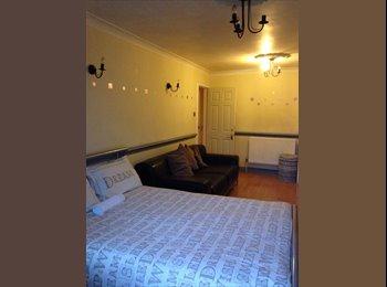 Huge Room + Balcony *2 Weeks Deposit* Whitechapel