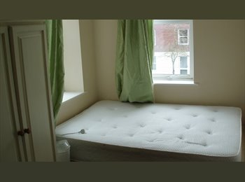 Double Room in recently renovated house close to City...