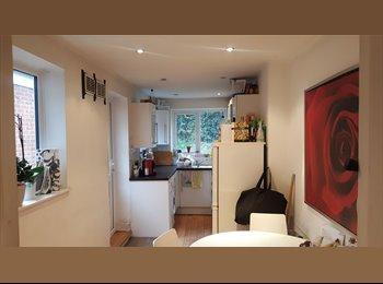 **Double Room in House with LIVINGROOM & GARDEN 4min Walk...